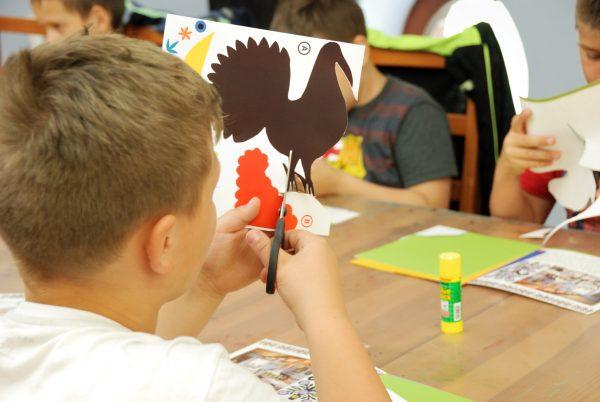 Chłopiec wycina kolorowego koguta - Skansen w Sierpcu