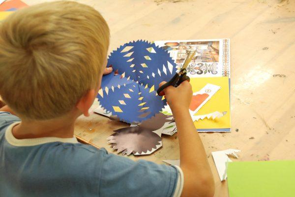 Chłopiec wycina ozdobę ludową - Skansen w Sierpcu