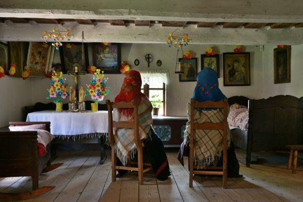 Wiejska izba, kobiety czuwają przy chorym - Skansen w Sierpcu