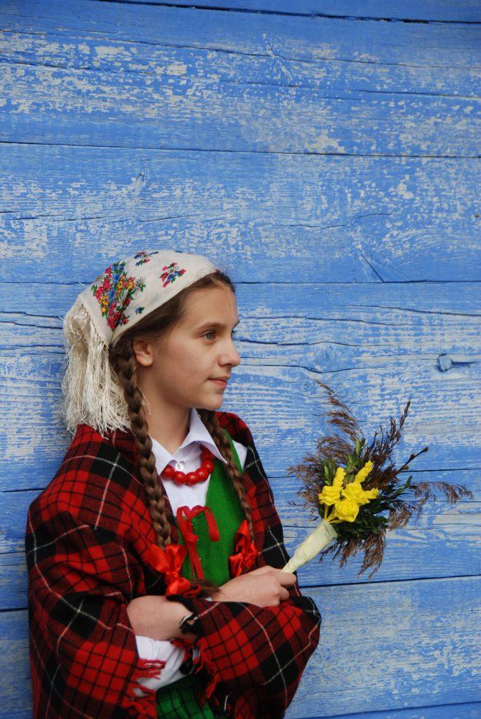 Dziewczyna w stroju ludowym z palmą wielkanocną - Skansen w Sierpcu