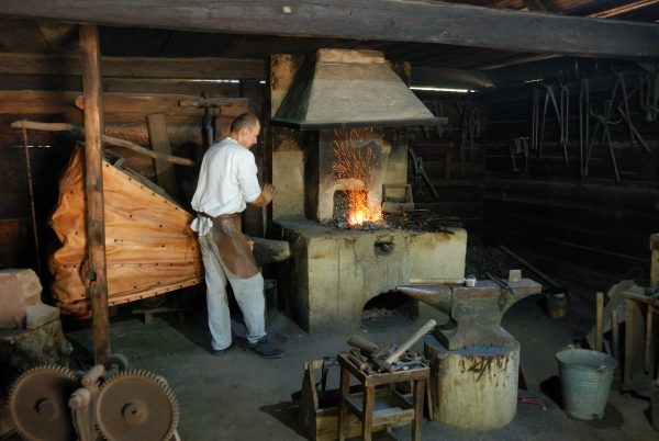 Skansen w Sierpcu - Kowal rozgrzewa żelazo