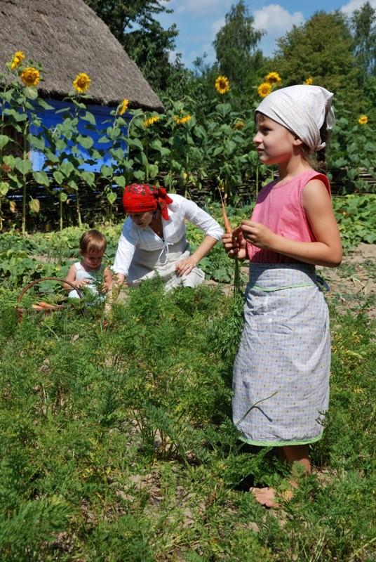 Rodzina w ogródku - Skansen w Sierpcu