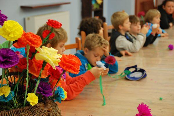 Dzieci wykonują dekoracje z bibuły - Skansen w Sierpcu