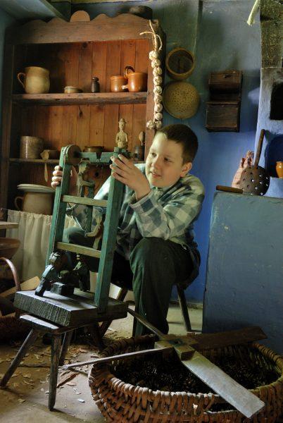 Chłopiec wykonuje drewnianą zabawkę