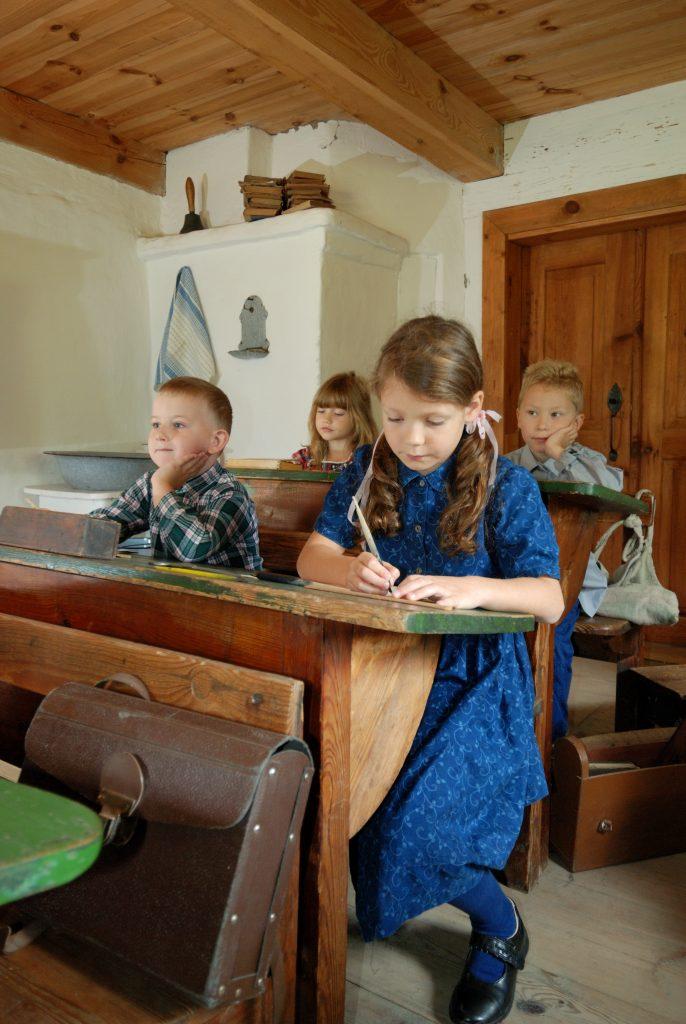 Dzieci w dawnej sali lekcyjnej - Skansen w Sierpcu