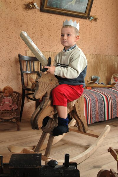 Chłopiec na koniu na biegunach - Skansen w Sierpcu