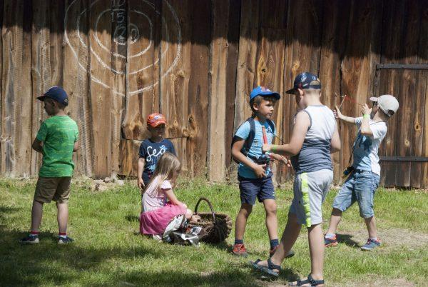 Dzieci uczą się strzelać z procy - Skansen w Sierpcu