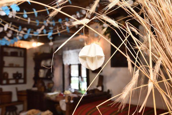 Wnętrze chałupy wiejskiej, zbliżenie na ozdobę z opłatka - Skansen w Sierpcu