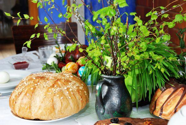 Stół wielkanocny, gałązki wierzbowe, chleb i pisanki - Skansen w Sierpcu