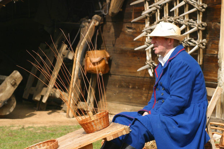 Plecionkarz wykonujący kosz - Skansen w Sierpcu