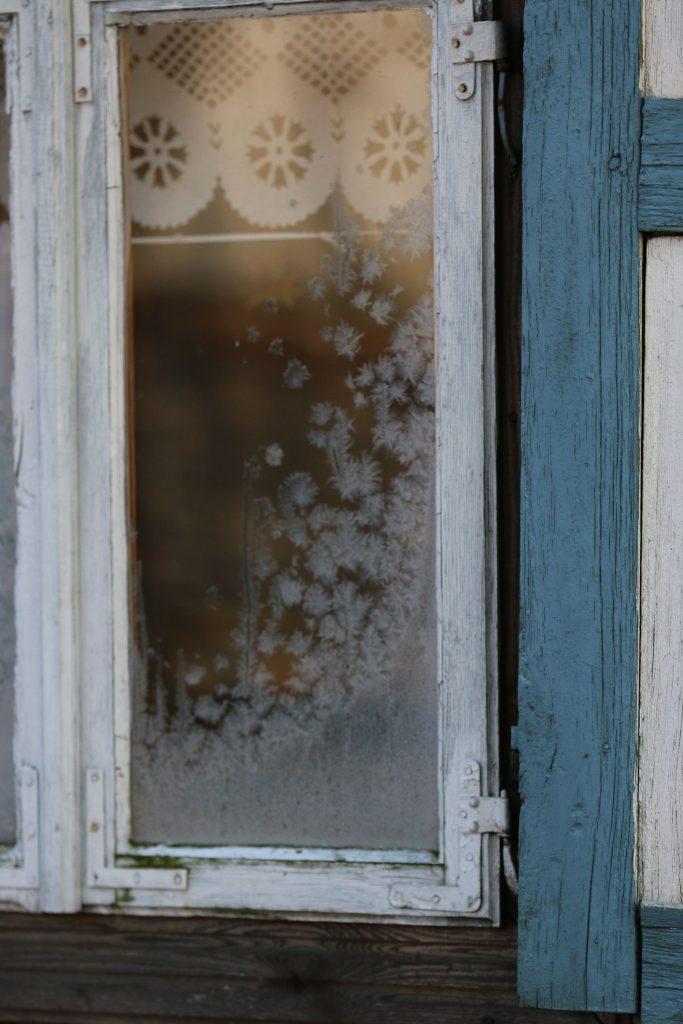 Okno wiejskiej chaty, na szybie szron - Skansen w Sierpcu