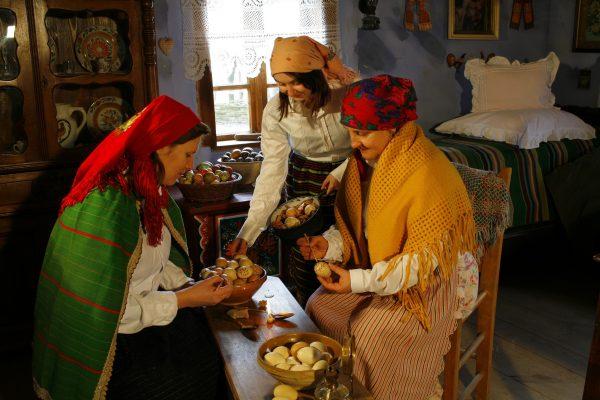 Kobiety malujące jaja na Wielkanoc - Skansen w Sierpcu