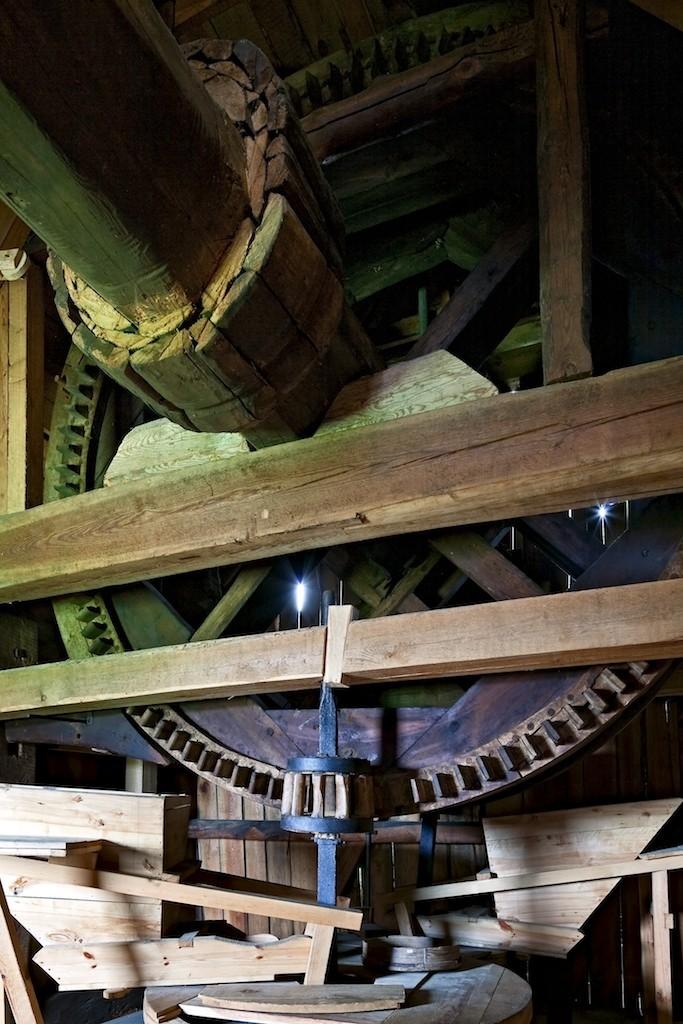 Wnętrze wiatraka, widoczne elementy mechanizmu mielącego - Skansen w Sierpcu