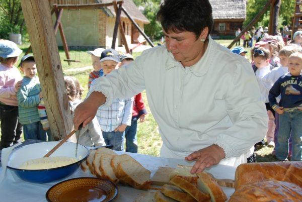 Skansen w Sierpcu - degustacja chleba z masłem