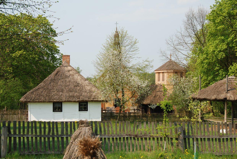 Widok, chałupa wiejska i kościół wiosną - Skansen w Sierpcu