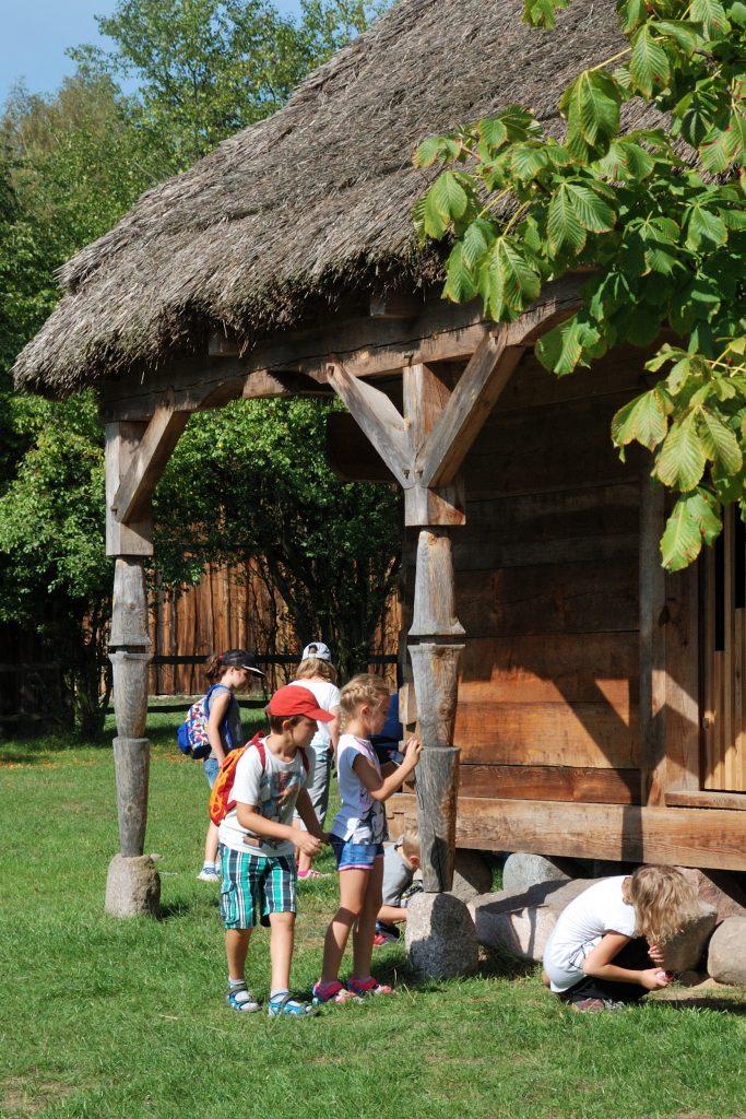 Skansen w Sierpcu - Dzieci poznają funkcje poszczególnych budynków gospodarskich