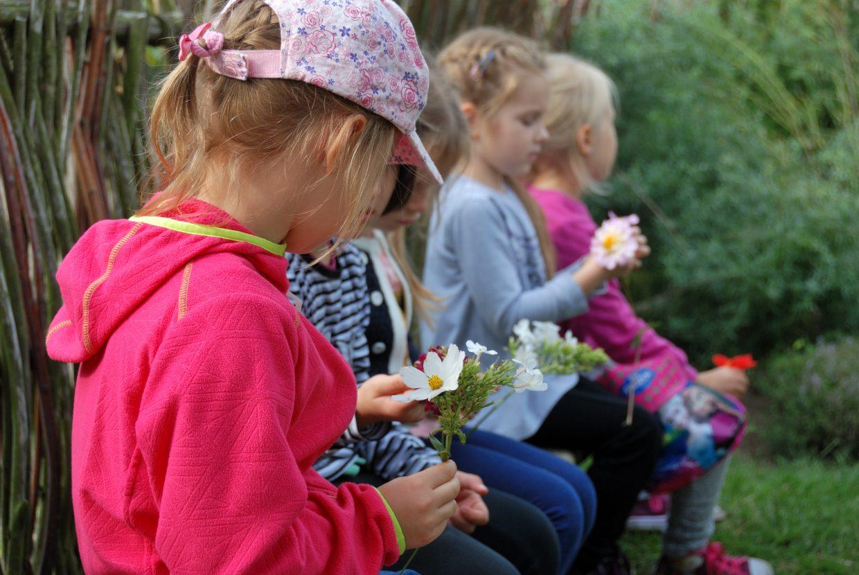 Dzieci poznają kwiaty i zioła - Muzeum Wsi Mazowieckiej w Sierpcu