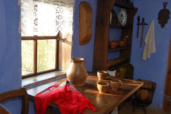 Skansen w Sierpcu - Wiejska chata, przy stole