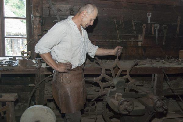 Skansen w Sierpcu - pokaz pracy kowala
