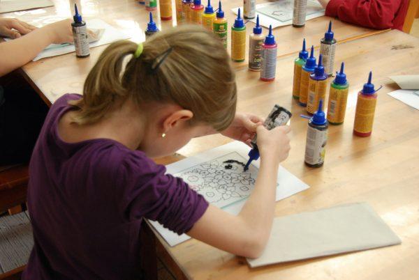 Dziewczynka maluje na szkle - Skansen w Sierpcu