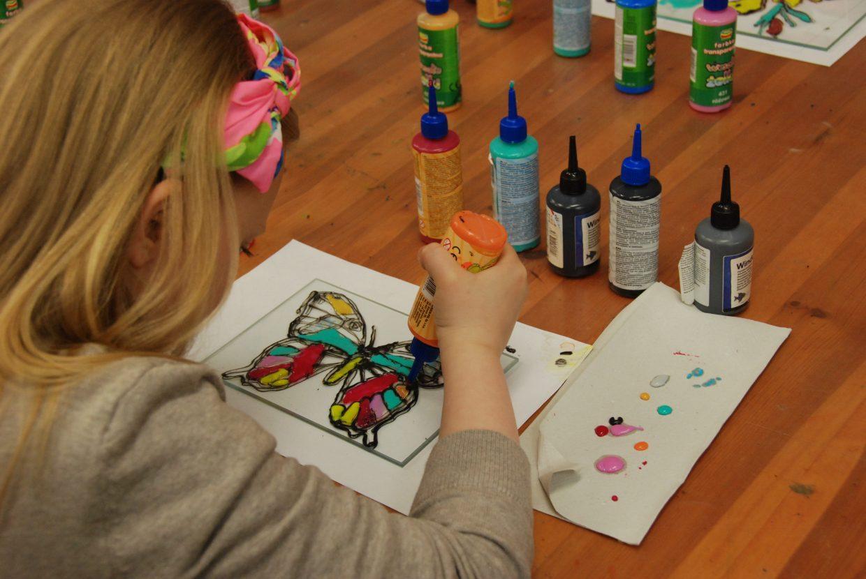 Dziewczynka maluje na szkle motyla - Skansen w Sierpcu