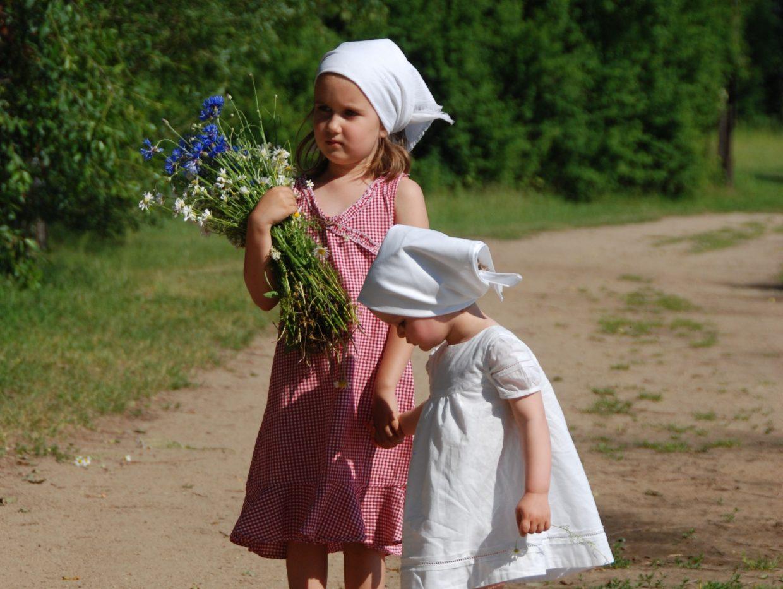 Dwie dziewczynki w strojach ludowych