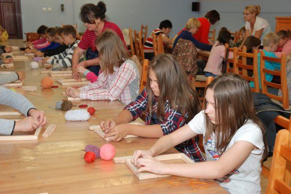 Dzieci pracujące przy ramkach tkackich - Skansen w Sierpcu