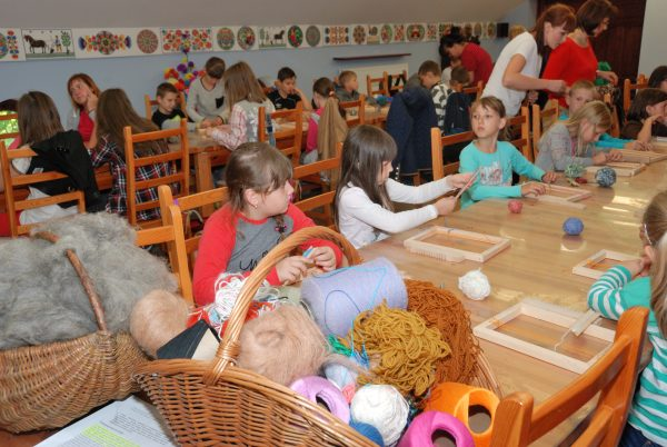Dzieci podczas warsztatów tkania - Skansen w Sierpcu