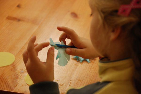 Dziewczynka wykonuje kartę świąteczną - Skansen w Sierpcu