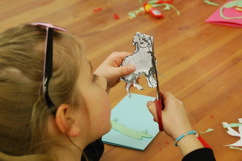Dziewczynka wycina elementy karty wielkanocnej - Skansen w Sierpcu