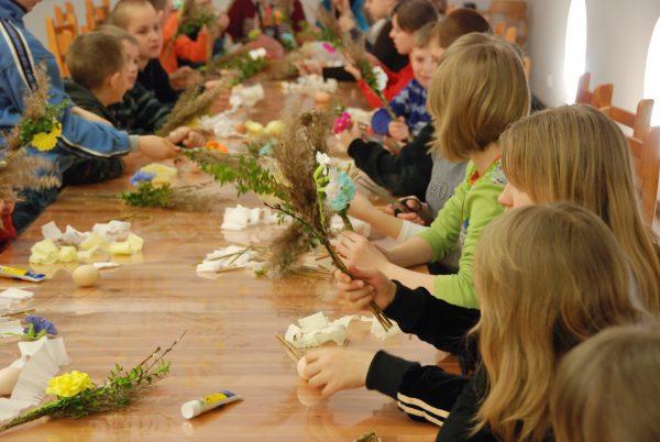 Dzieci wykonują palmy - Skansen w Sierpcu