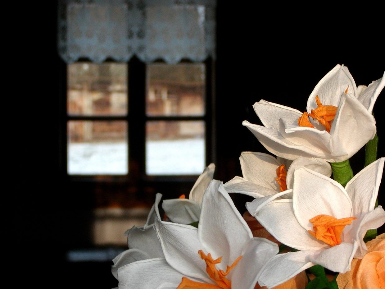 Kwiaty z bibuły, w tle okno - Skansen w Sierpcu