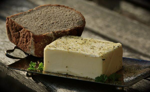Kostka masła i ciemny chleb