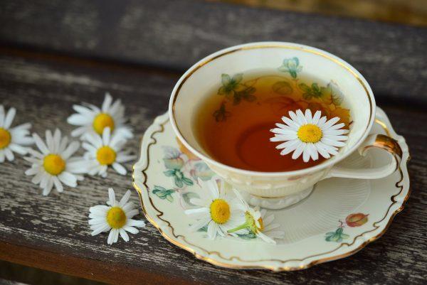 Herbata z rumianku w filiżance