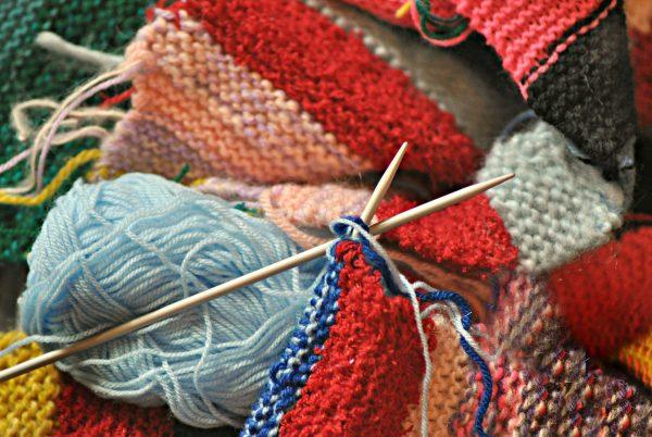 Tkaniny wełniane, druty i wełna