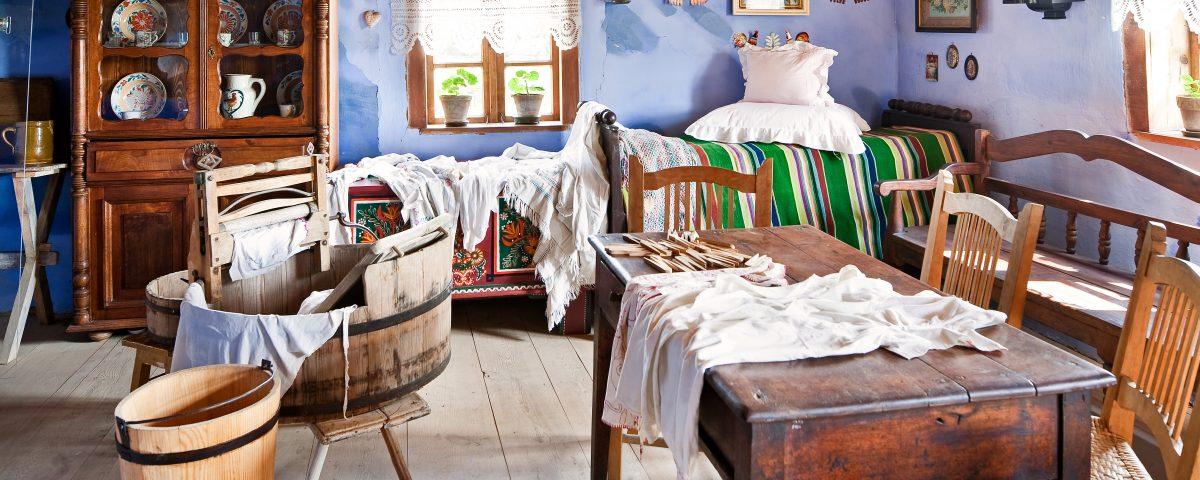 Pranie, bielizna, w oddali łóżko, meble. ozdoby na oknach i suficie, wystawa - Skansen w Sierpcu