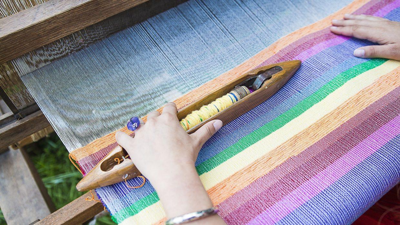 Zbliżenie, dłoń na krosnach tkackich