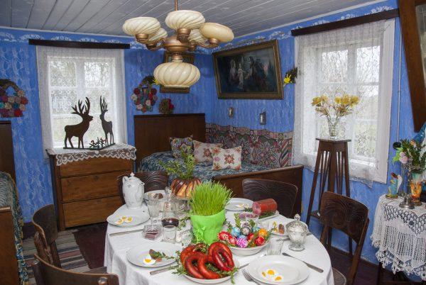 wnętrze wiejskiej izby, na stole przygotowane śniadanie wielkanocne
