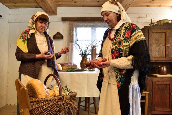 dwie kobiety w wiejskiej izbie przygotowują święconkę