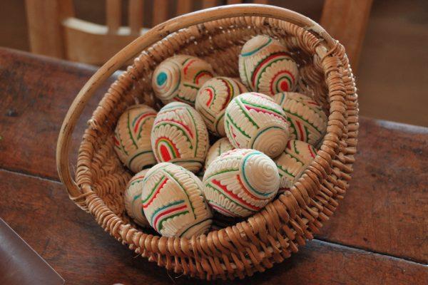 W koszyku jajka wyklejane sitowiem