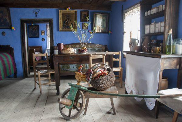 wielkanocna wystawa w chałupie z Rębowa, na pierwszym planie drewniany kogutek