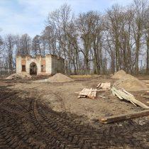 Teren przed zrujnowaną świątynią ariańską - muzeum w Bieżuniu