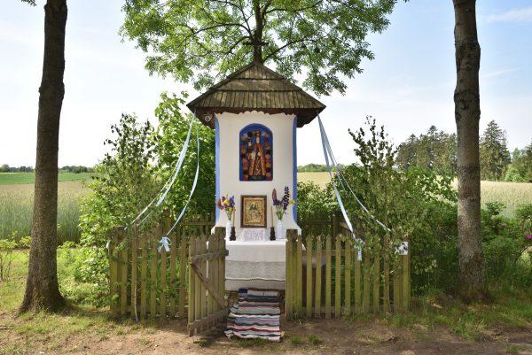 przydrożna kapliczka z Matką Boską Łąkowską udekorowana na Boże Ciało, MWM w Sierpcu