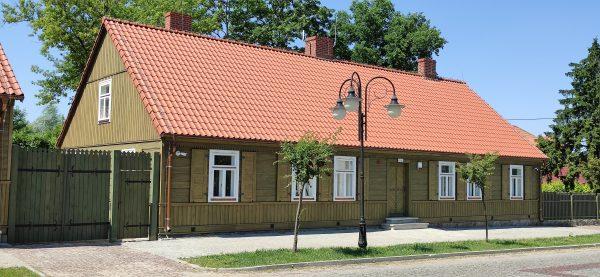 Zabytkowy budynek parterowy, dom Gołębiowskiego - muzeum w Bieżuniu