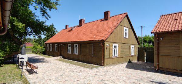 Zabytkowym dom parterowy, widok z boku, dom Gołębiowskiego - muzeum w Bieżuniu