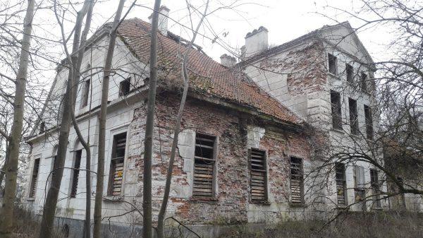 Zniszczony pałac Zamoyskich - muzeum w Bieżuniu