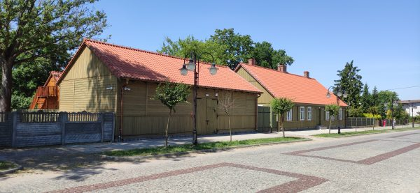 Drewniane budynki parterowe - spichlerz i dom Gołębiowskiego - muzeum w Bieżuniu