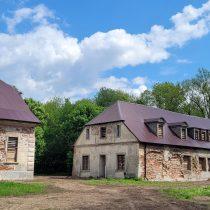 Zrujnowane budynki murowane - pałac i oficyna - muzeum w Bieżuniu