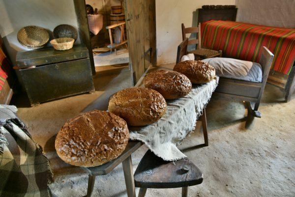 Bochenki chleba w chałupie wiejskiej, wystawa - skansen w Sierpcu