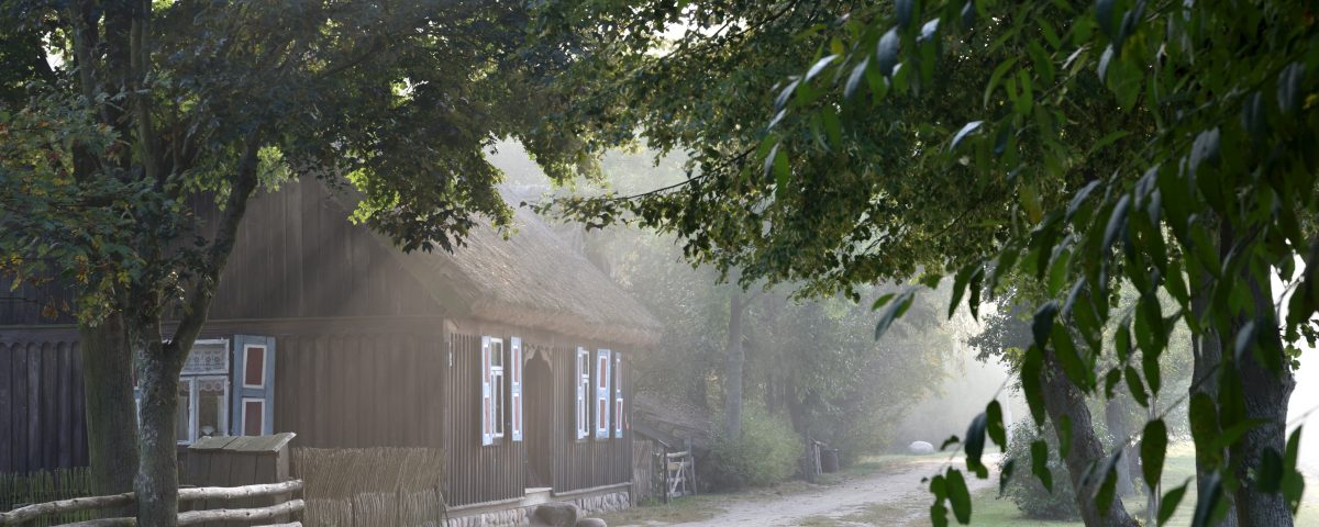 Droga, chałupa i drzewa Skansen w Sierpcu